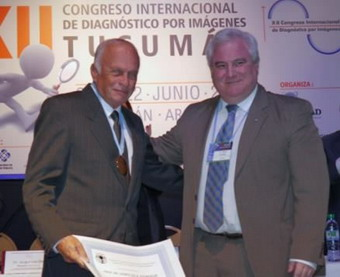 Dr. Sergio Lucino entregando la medalla de oro