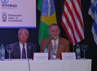 Prof. Dr. Nicolás Mercado Nieto dando el discurso de bienvenida