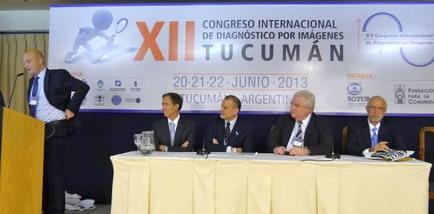 El Dr. Jorge Ahualli realiza la presentación de los Premios