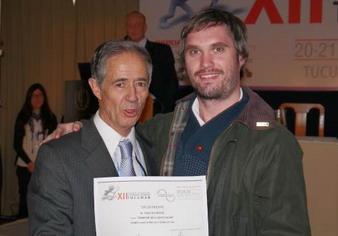 Dr. Ignacio Iturbide recibiendo del Dr. Claudio Cortés el 3° Premio