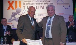 Prof. Dr. Sergio Lucino (presidente de FAARDIT) entrega la medalla y el diploma al Prof. Dr. Leopoldo Stordeur