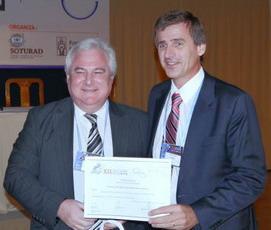 Dr. Carlos Capiel (h.) recibiendo del Dr. Sergio Lucino el 1° Premio