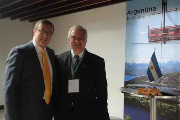 Dr. Gabriel Dip presidente del congreso junto al Dr. Sergio Lucino en el Stand de Argentina