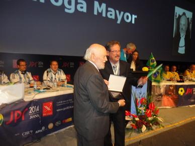 Momento del Homenaje y distinción al Doctor Carlos Quiroga Mayor