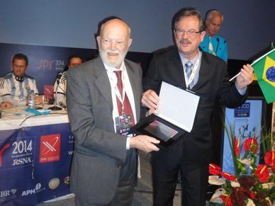 Momento de la entrega de la Distinción al Doctor Carlos Quiroga Mayor